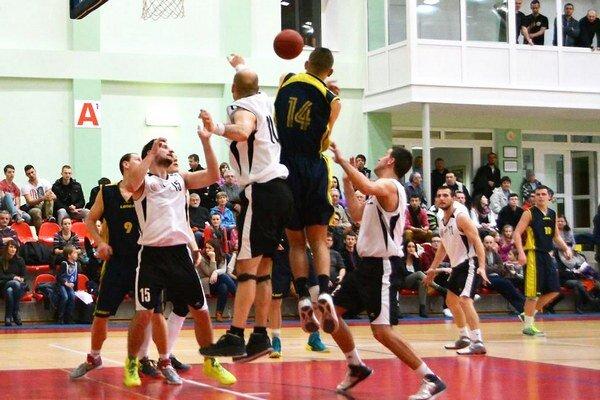 Oravskí basketbalisti (v bielom) ako prví zdolali v súťaži Michalovce.
