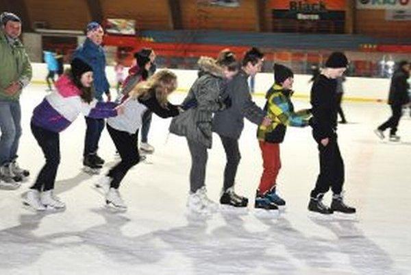 Z bezplatného korčuľovania majú najväčšiu radosť deti.