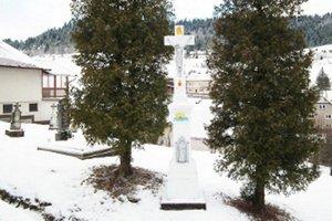 Obnovený kríž na starom cintoríne