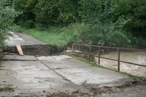 Časť mosta do obce Mlynica vzala voda
