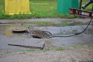 Kanalizačná šachta je prepadnutá a kanalizácia upchatá.