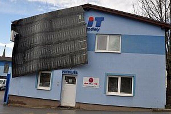 Časť poškodenej strechy sa oprela o fasádu.