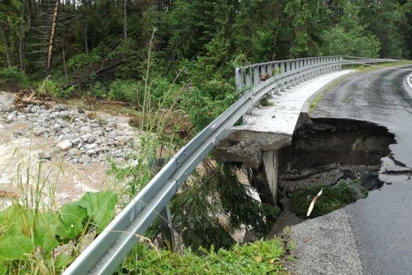 Poškodená cesta medzi Lysou Poľanou a Zakopaným.