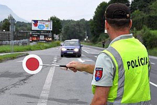 Veľa vodičom sa dnes do cesty postaví červený terčík policajtov.