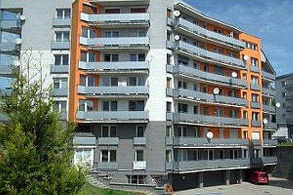 Technickú vybavenosť okolo novej bytovky na Štefánikovej ulici predražil súdny spor.