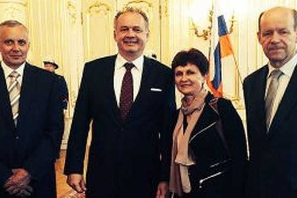 Ocenení Oravčania. Zľava Zľava Jozef Gabura, prezident Andrej Kiska, Marta Birasová, Štefan Peňák.