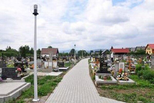Na cintoríne je nový chodník aj lampy.
