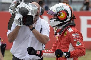 Sebastian Vettel sa teší po kvalifikačnom víťazstve.
