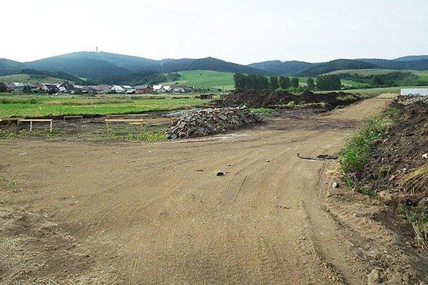 Výstavba ciest. Zákazku za 17-tisíc eur vyhral miestny živnostník Miroslav Tropp.