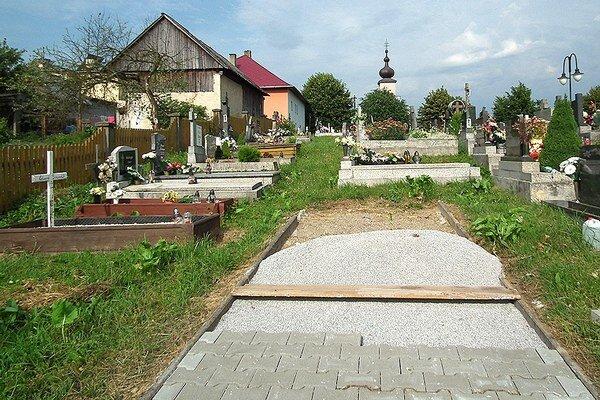 Nové chodníky stavia obec svojpomocne.