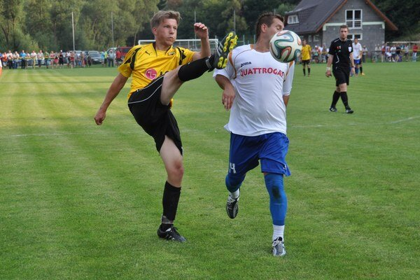 Futbalisti Chlebníc (v bielych dresoch) išli za prvým víťazstvom v piatej lige nebojácne.