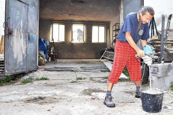 Rekonštrukcia hasičskej zbrojnice úspešne napreduje.