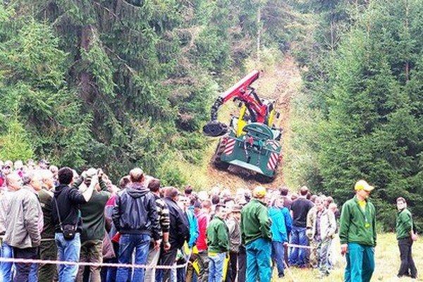 V lese sa predvádzali multifunkčné lesné kolesové traktory.
