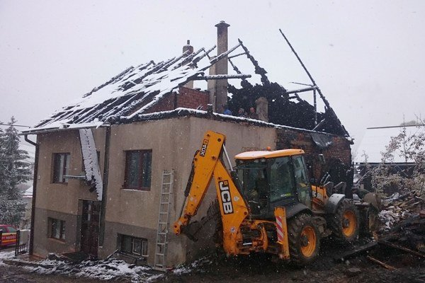 Oheň zničil aj strechu rodinného domu.