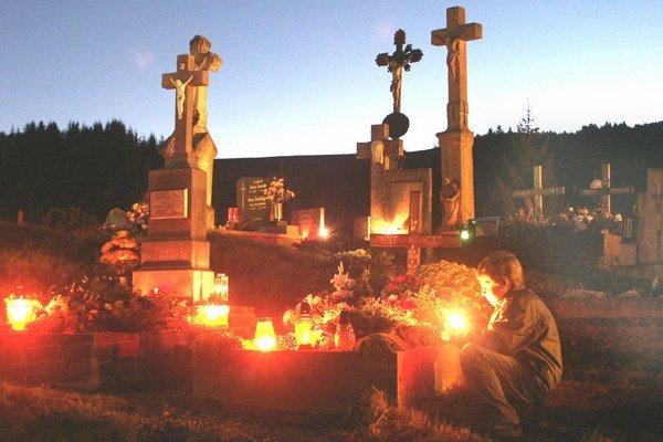 Symbolická atmosféra cintorínov týchto dní.