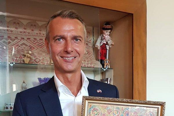 Vicepremiér s jedným z piatich exemplárov Pittsburskej dohody, ktorá pred 100 rokmi umožnila vznik Československa.
