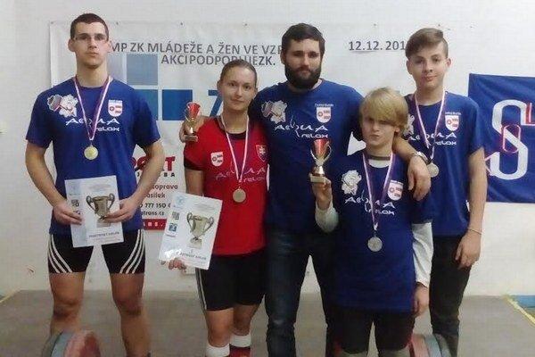 Zľava Dominik Chovanec, Terézia Sasarákov, Tomáš Chovanec, Roman Benka a Sebastián Záň.