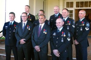 Deväť Austrálčanov bolo vyznamenaných medailami za statočnosť.