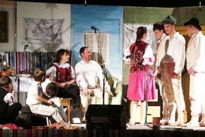 Habovskí folkloristi chodia po spievaní.