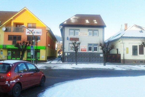 Trstenské námestie. Vľavo Prima banka, vstrede Tressor.