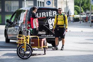 V centre mesta kuriéri používajú okrem dodávok aj skútre či bicykle.
