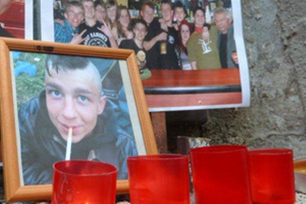 Kamaráti zapálili sviečky pri Marošových fotkách v priestoroch obľúbeného baru.