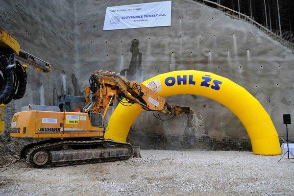 Ťažký mechanizmus počas slávnostného začiatku razenia tunela Čebrať na diaľničnom úseku D1 Ivachnová - Hubová blízko Ružomberka a obce Likavka.