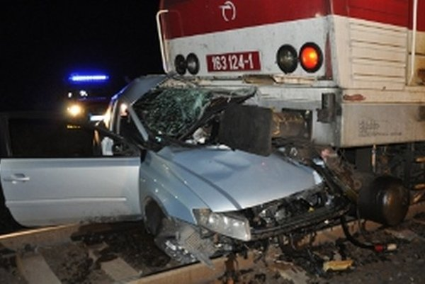 Vodič prechádzal cez nechránené železničné priecestie so svetelnou signalizáciou.