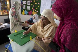 Žena volí v Islamabade počas parlamentných volieb v Pakistane.