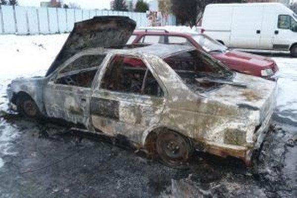 Požiar jedno auto zničil úplne, druhé poškodil.