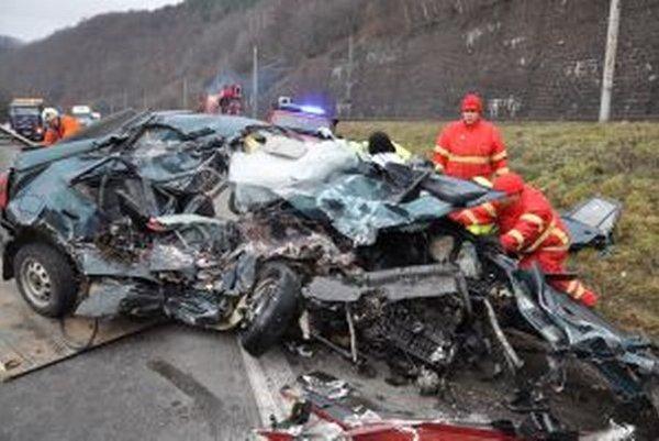 Vo vraku auta vyhasol život 39-ročnej vodičky.