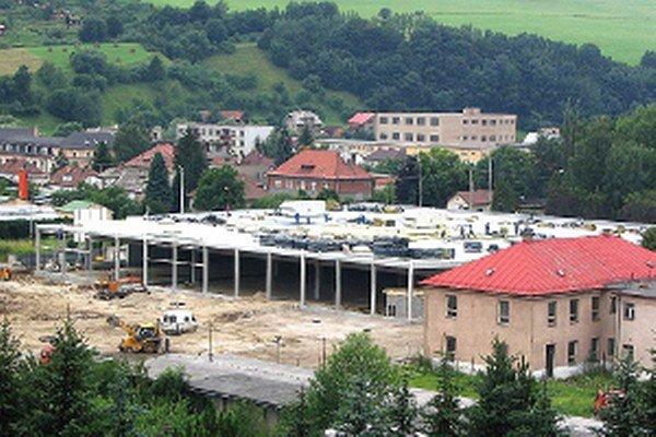 Od výstavby Tesca v roku 2005 sa z bývalých kasární stala obchodná zóna.