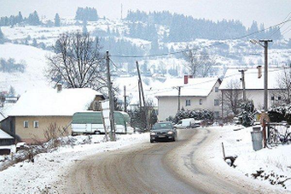 V Oravskom Veselom viac snehu nechýba ani vodičom, ani ľuďom.