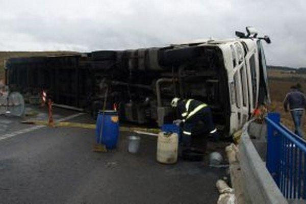 Kamión zablokoval cestu, nechýbalo veľa, aby zostal visieť z mosta obchvatu.