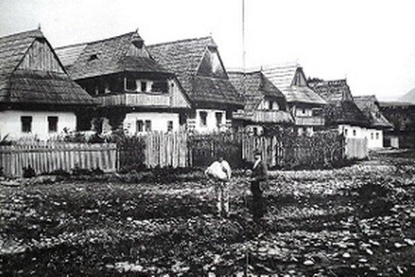 Na konci 19. storočia námestie vo Veličnej lemovali drevenice s poschodím, pavlačou alebo výškovou komorou.
