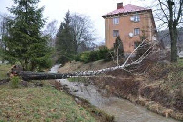 Nová lavička cez potok.