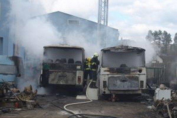 Vyhorené autobusy.