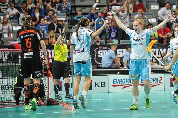 Denisa Ferenčíková (vpravo) sa raduje zo vsieteného gólu na 4:0.