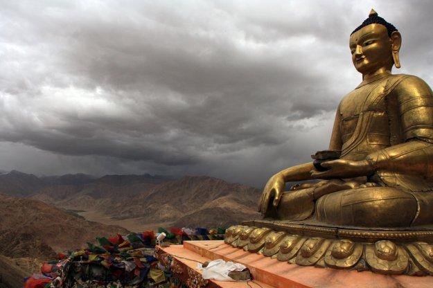 Socha Budhu nad kláštorom Hemise
