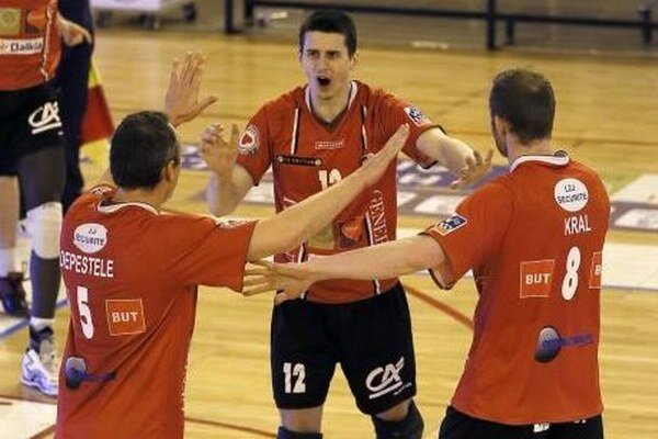 Matej Paták (v strede) sa teší zo spoluhráčmi.
