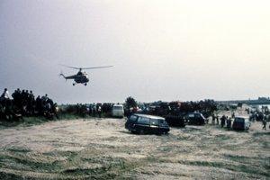 Záchranné práce 30. júla 1976 po leteckom nešťastí na Zlatých Pieskoch. Do zdĺhavých príprav na vyťahovanie vraku nalietaval a odlietaval vojenský vrtuľník.