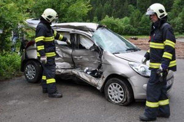 Zdemolovaný pravý bok osobného auta.