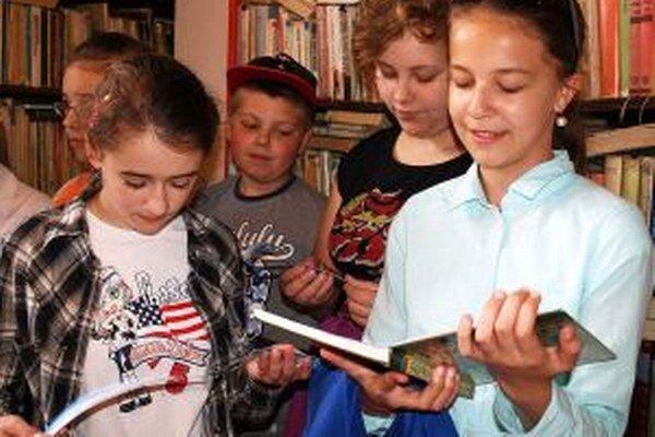 Dievčatá majú ku knihám bližšie ako chlapci.