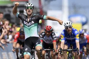 Pascal Ackermann z tímu Bora-Hansgrohe sa teší po triumfe.