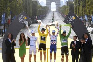 Peter Sagan ako držiteľ zeleného dresu stojí na pódiu s držiteľmi ďalších dresov - Pierre Latour (biely), Geraint Thomas (žltý) a Julian Alaphilippe (bodkovaný).