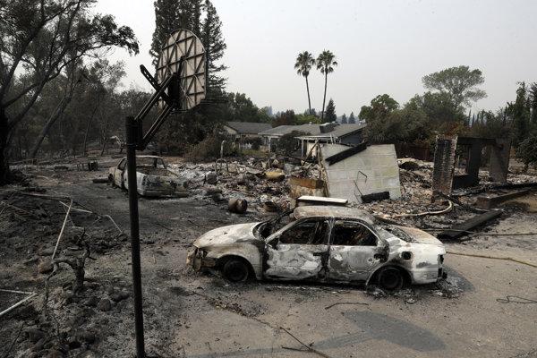 Požiare v Kalifornii napáchali veľké škody.