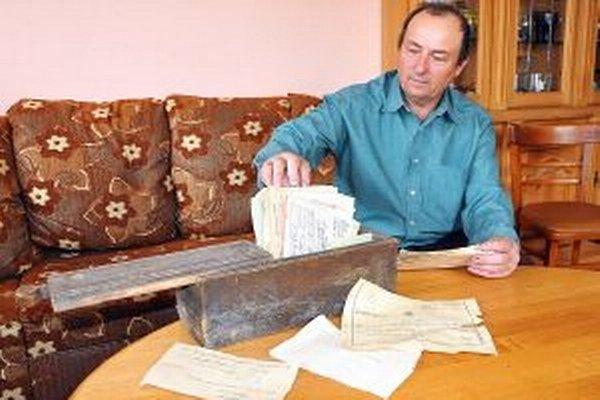 Marek Beňuš s historickými listinami.