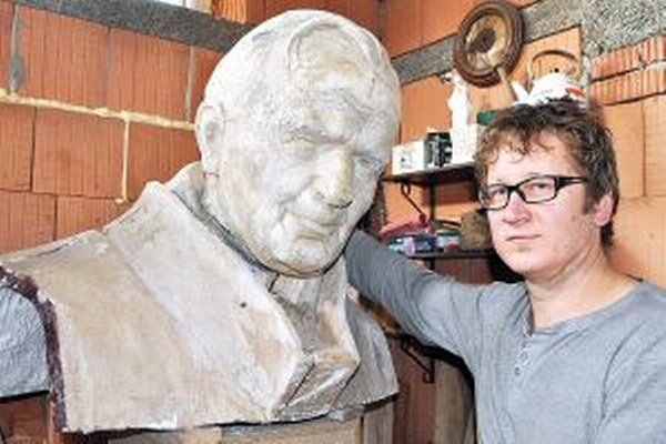 Časť sochy pápeža Jána Pavla II z Nitry.