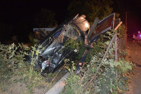 Zdemolované auto po nehode.