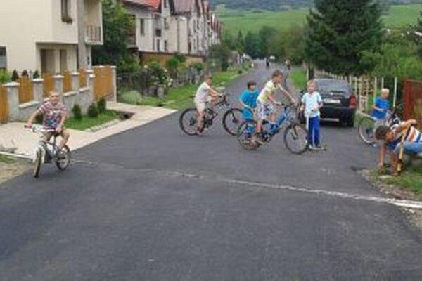 Z novej cesty majú radosť aj deti na bicykloch a kolobežkách.